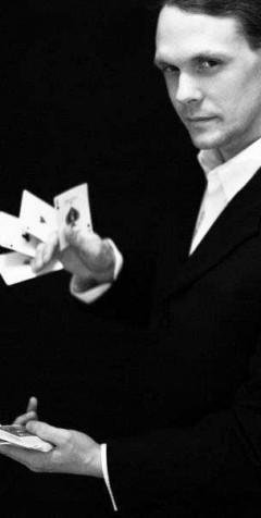 Magiker Lars Bredenberg med kort