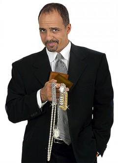 Ficktjuven Gregory Wilson håller upp sitt byte, klockor och juveler.