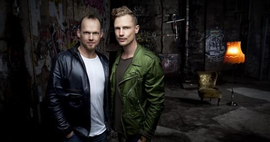 Två coola män i ett nedgånget rum
