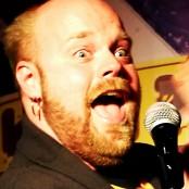 Niklas Folkegård underhåller med en mikrofon