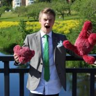 Daniel Samuelsson river huvudet av en teddybjörn.