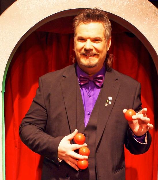 Martin Rosvall trollar fram röda bollar.