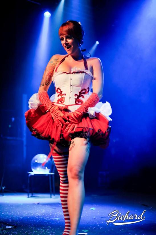 Evy Maroon i utmanande klädsel