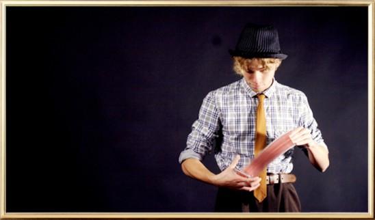 En ung trollkonstnär som sprutar spelkort från ena handen till den andra.