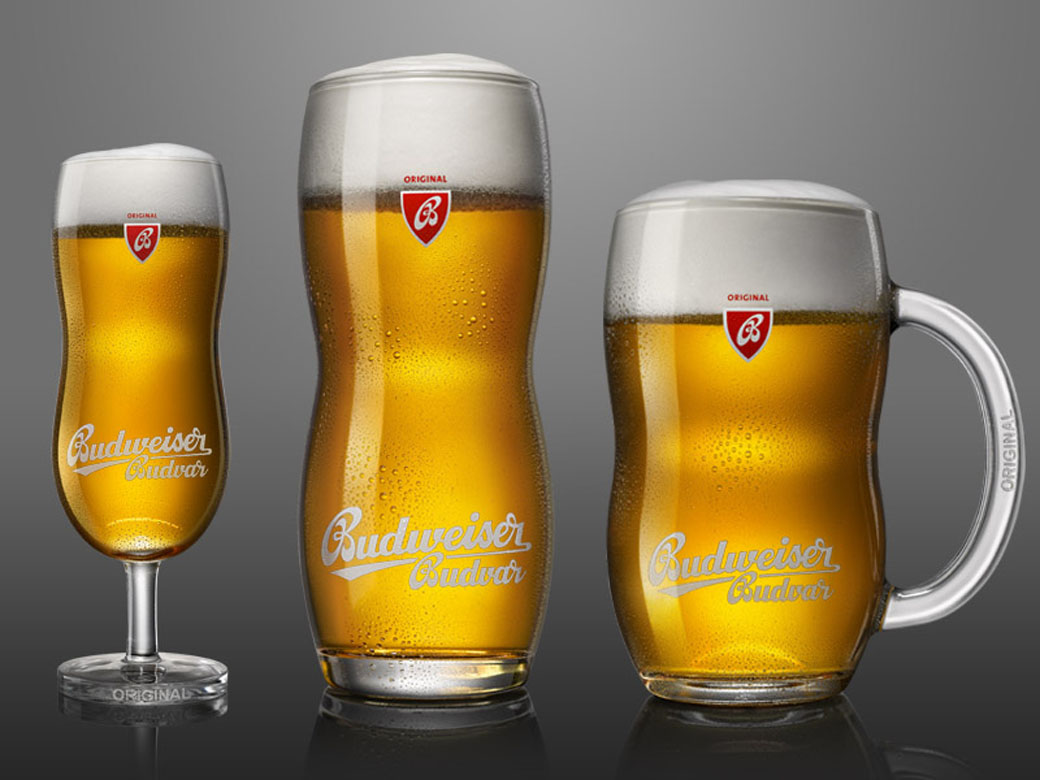 Glas fyllda med Budvar ljus lager