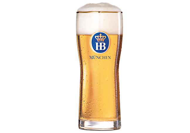 """Ett glas fyllt med ölsorten """"Hofbräu Original"""""""