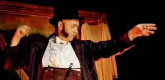 Nalle Laanela dirigerar publiken