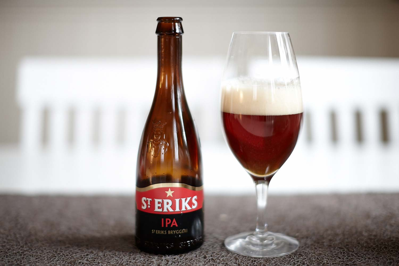 """Ett glas fyllt med ölsorten """"S:t Eriks IPA"""""""