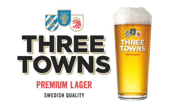 """Ett glas med ölsorten """"Three Towns premium lager"""""""
