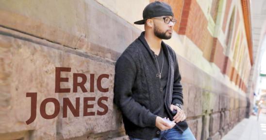Eric Jones lutar sig emot en vägg med kortleken i handen