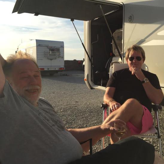 Ray Matson och Arne sitter på en campingplats och samtalar.