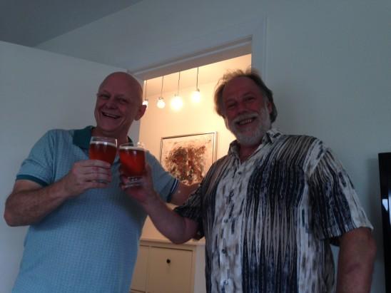 René Jensen och Arne är glada och har var sitt glas i handen.