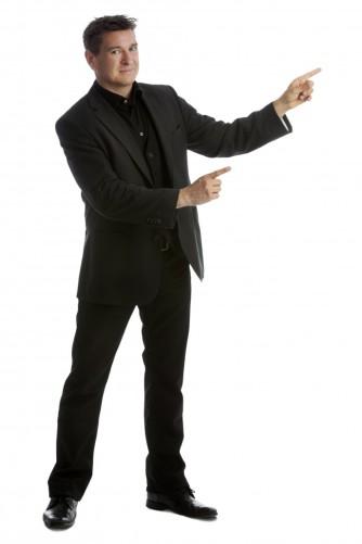 magiker-hans-lindstrom-helfigur-pekar-687x1030 (1)