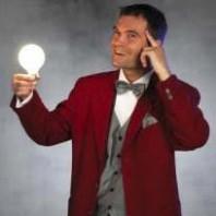 Den danske trollkarlen Steen Pegani får en glödlampa att lysa.