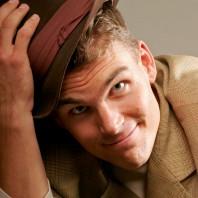 Charlie Caper lyfter på sin hatt.