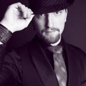 Svartvit på Anders Fox Björkman i hatt