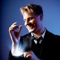 Johan Ståhl trollkarl med ljus ur ärmarna