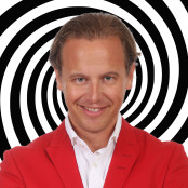 Carl Tillenius ler framför en hypnotisk spiral.