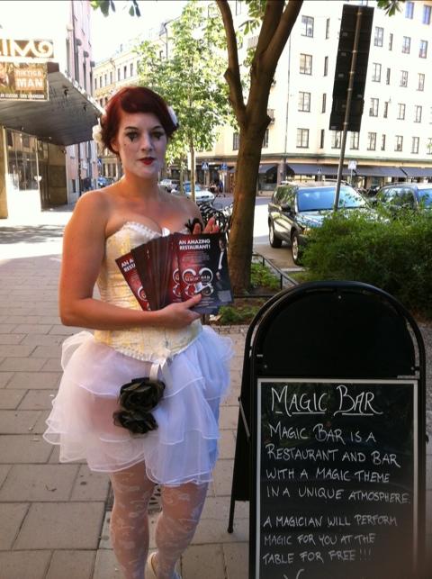 Magisk kvinna med reklam