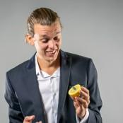 Douglas finner en försvunnen sedel inuti en citron