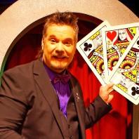 Martin Rosvall håller i gigantiska spelkort