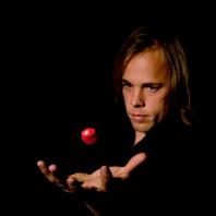 Jacob Schenstrom med svävande röd boll