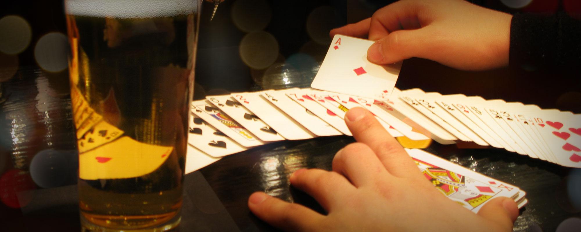Ett kortttrick framförs bredvid ett ölglas