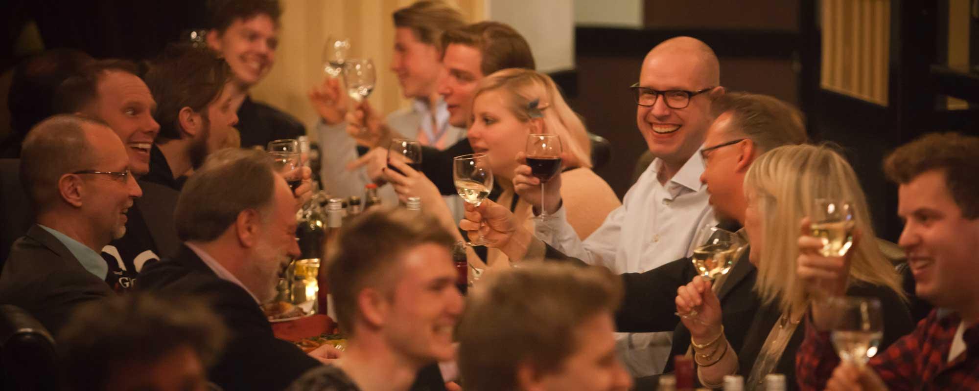 Glada middagsgäster på Magic Bar