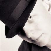 Robert Berlin med kort i hatten