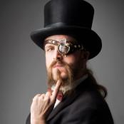 Martin har ett coolt skägg, hög hatt och steampunk-glasögon.